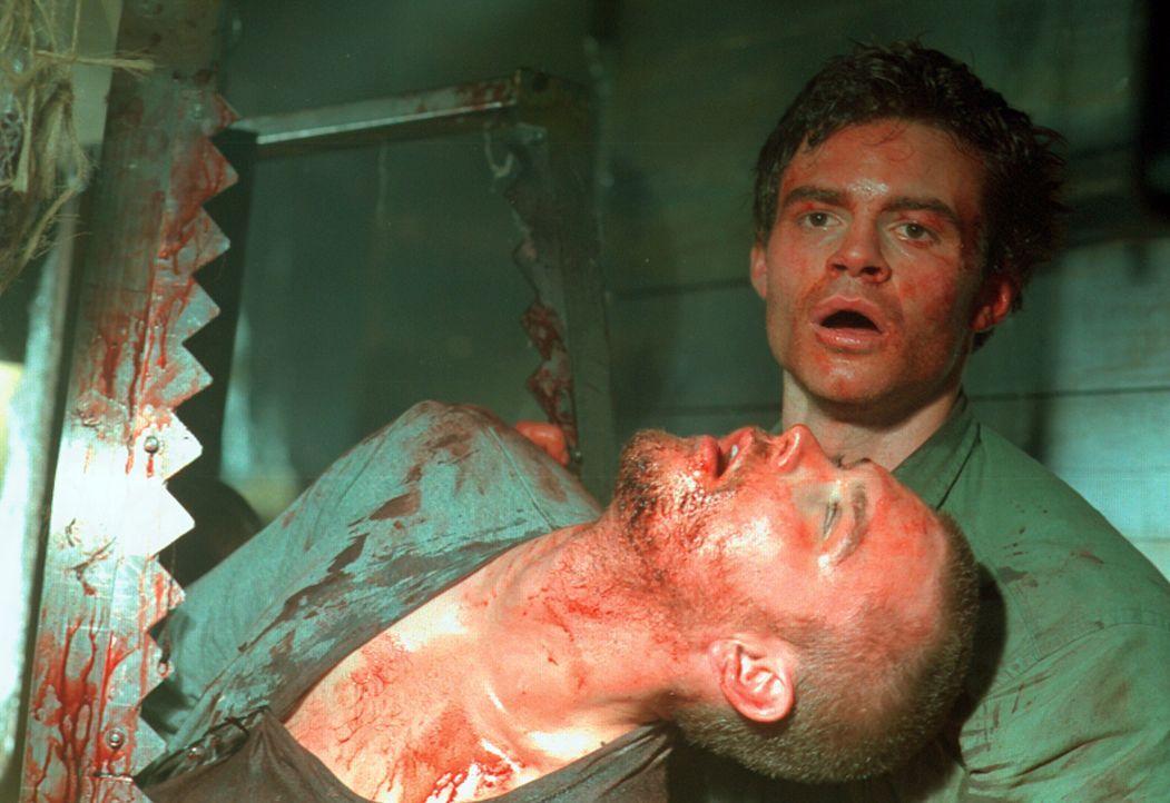 Nachdem der Wahnsinnige seinen Freund Tyler (Clayne Crawford, l.) auf qualvolle Art und Weise ermordet hat, bekommt Mark (Daniel Gillies, r.) es ric... - Bildquelle: HSI Entertainment
