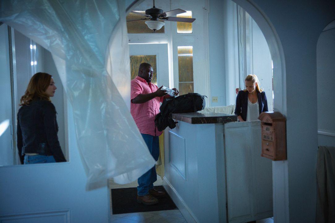 Die Suche nach den infizierten Ratten führt Abraham (Nonso Anozie, M.), Chloe (Nora Arnezeder, r.) und Jamie (Kristen Connolly, l.) in ein riesiges,... - Bildquelle: Steve Dietl 2015 CBS Broadcasting Inc. All Rights Reserved.