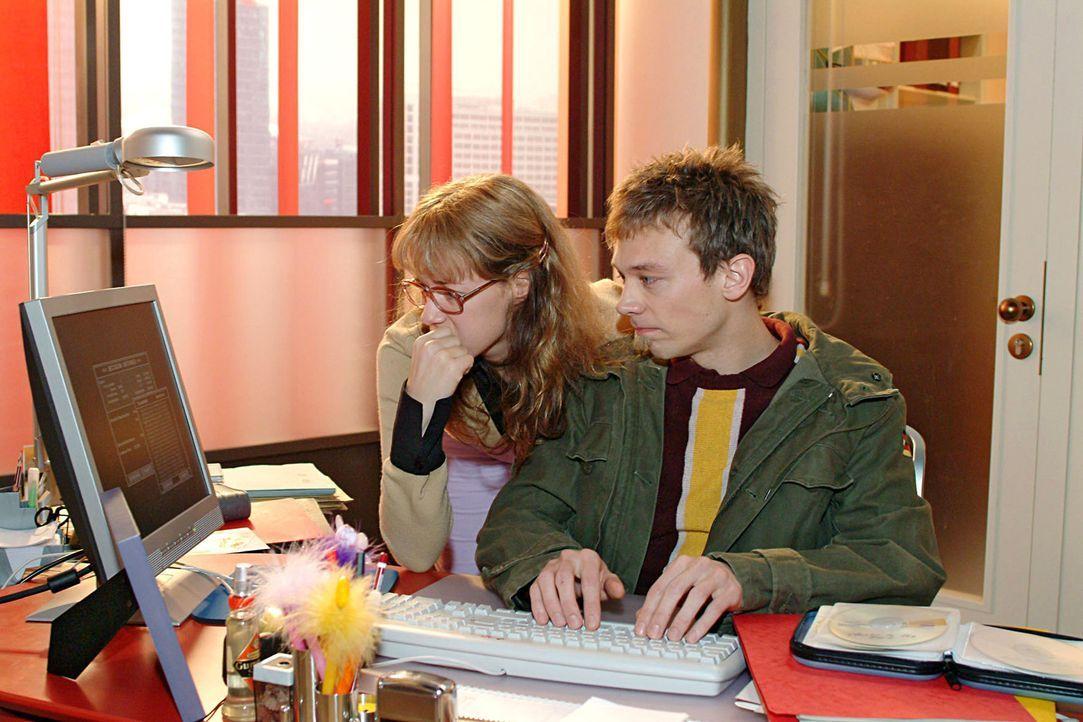 Gemeinsam mit Jürgen (Oliver Bokern, r.) versucht Lisa (Alexandra Neldel, l.) Davids Daten für Präsentation zu retten. (Dieses Foto von Alexandra... - Bildquelle: Sat.1