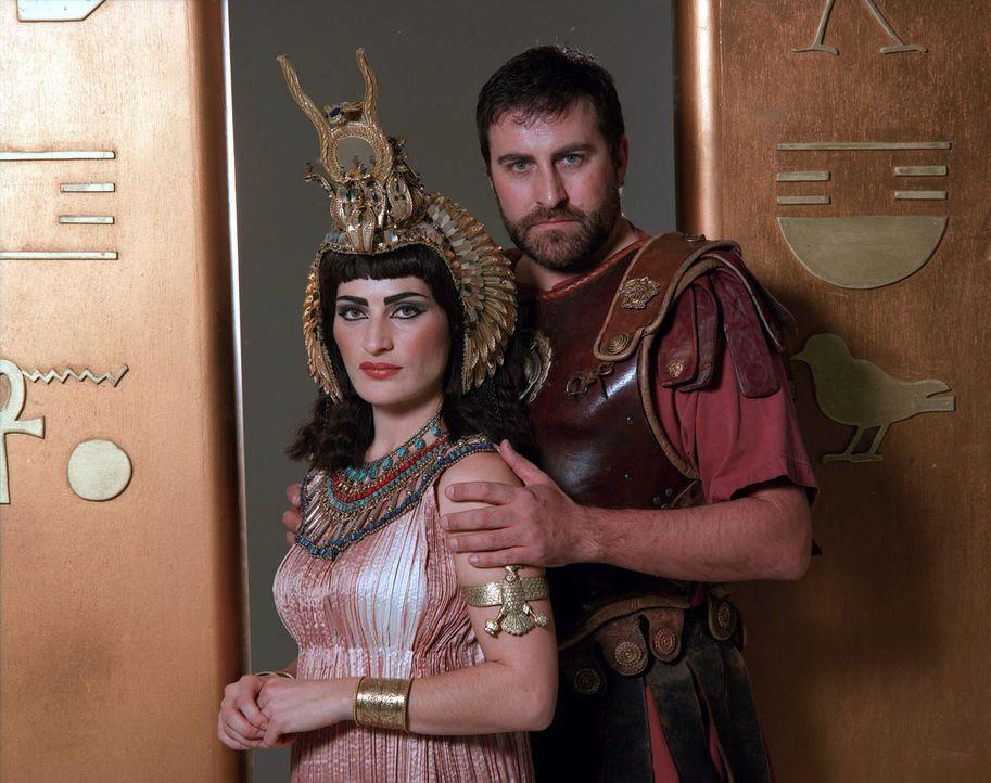 Sie sind eines der berühmtesten Liebespaare in der Geschichte der Menschheit: Cleopatra VII Philopator (l.) und Marcus Antonius von Rom (r.). - Bildquelle: CHANNEL 4 TELEVISION CORPORATION MMII