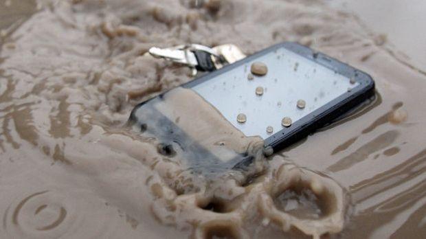 Handy ins Wasser gefallen_dpa