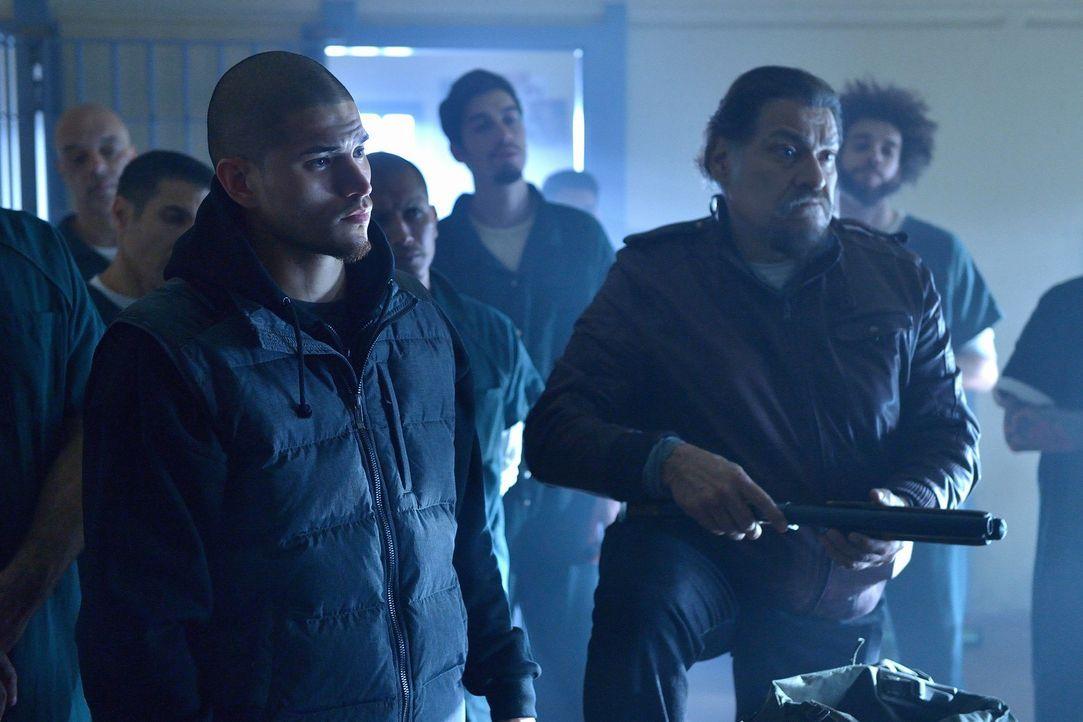Gus (Miguel Gomez, l.) und Angel (Joaquín Cosio, r.) versammeln eine ungewöhnliche Gruppe Vampirjäger um sich ... - Bildquelle: 2015 Fox and its related entities. All rights reserved.