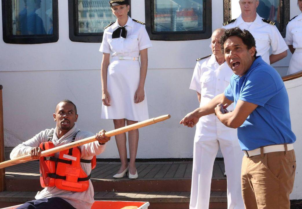Schiffsdirektor Doug (Oscar Nunez, r.) ist von Coach (Damon Wayans, Jr., l.) genervt - der sich wegen seiner Angst an Bord lächerlich macht ... - Bildquelle: 2014 Twentieth Century Fox Film Corporation. All rights reserved.