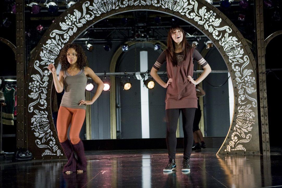 Gemeinsam üben Dana (Tessa Thompson, l.) und Lauryn (Mary Elizabeth Winstead, r.) um den Traum der Tänzerin wahr werden zu lassen ... - Bildquelle: Rebecca Sandulak Kinowelt GmbH
