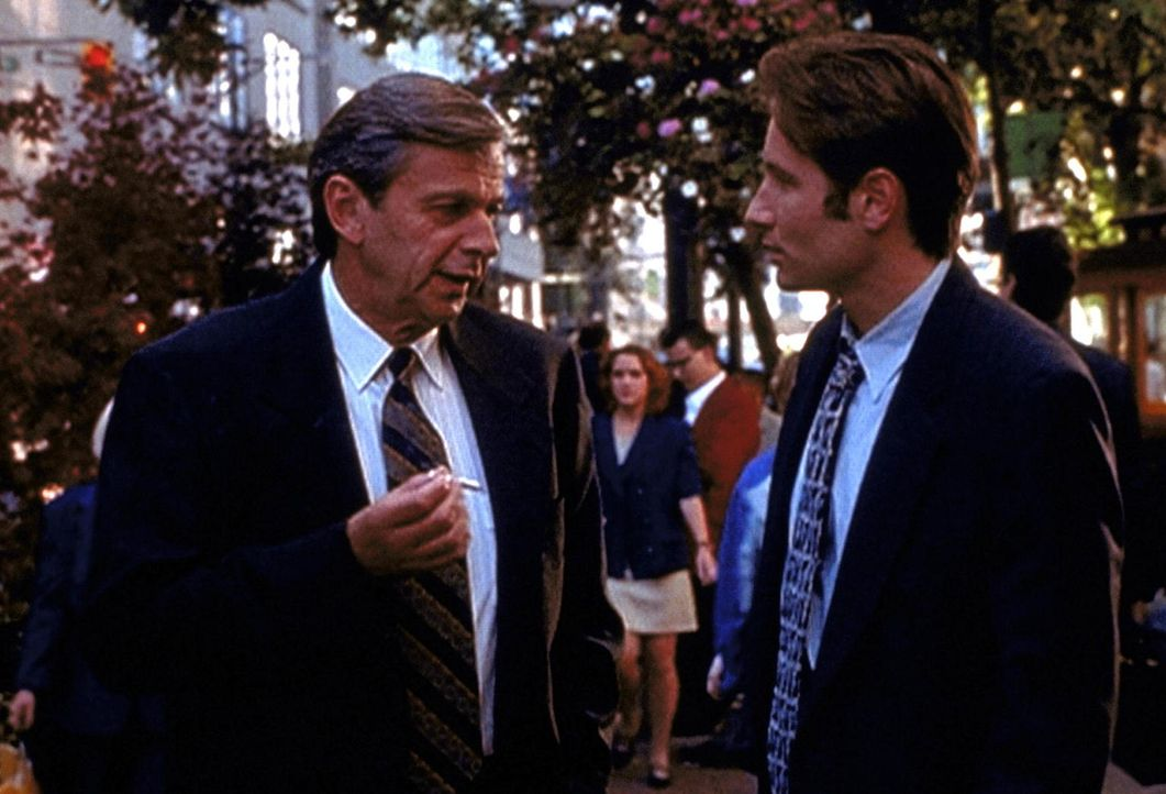 Der Raucher (William B. Davis, l.) bietet Mulder (David Duchovny, r.) einen Deal an, auf den dieser jedoch nicht eingeht. - Bildquelle: TM +   Twentieth Century Fox Film Corporation. All Rights Reserved.