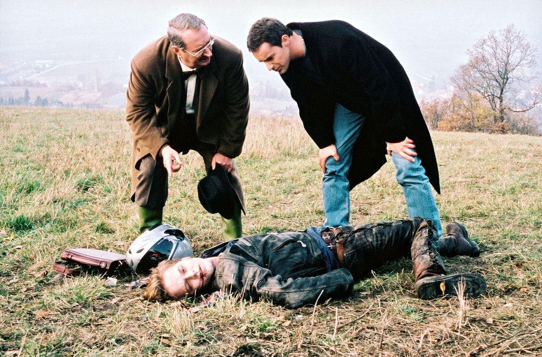 Kommissar Brandtner (Gedeon Burkhard, r.) und Dr. Leo Graf (Gerhard Zemann, l.) untersuchen die Leiche des Komponisten Daniel Traun (Yngve Gasoy-Rom... - Bildquelle: Ali Schafler Sat.1