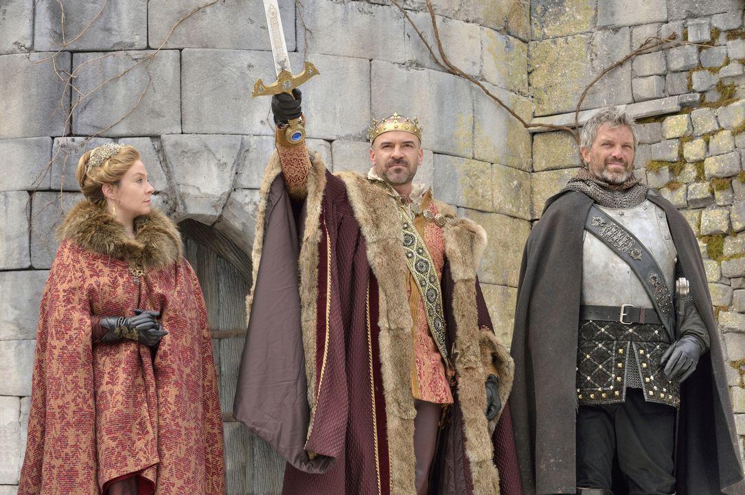 König Henry II. (Alan Van Sprang, M.) grüßt sein Gefolge mit großer Geste und dankt allen, die am Sieg gegen England beteiligt waren, allen voran de... - Bildquelle: 2013 The CW Network, LLC. All rights reserved.