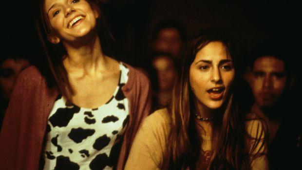 Andrea (Dominique Swain, l.) und ihre Freundin Rebecca (Summer Phoenix, r.) w...