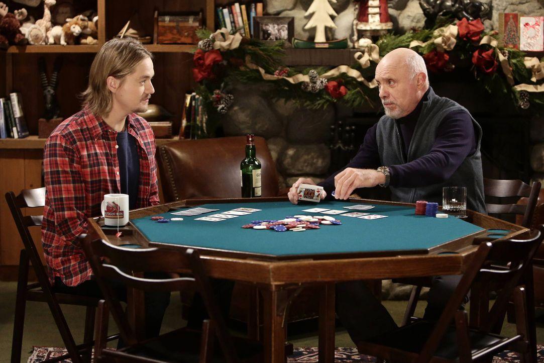 Kyle (Christoph Sanders, l.) möchte bei Ed (Hector Elizondo, r.) das Pokern lernen. Was allerdings gründlich daneben geht. Was wird er jetzt tun, de... - Bildquelle: 2014-2015 American Broadcasting Companies. All rights reserved.