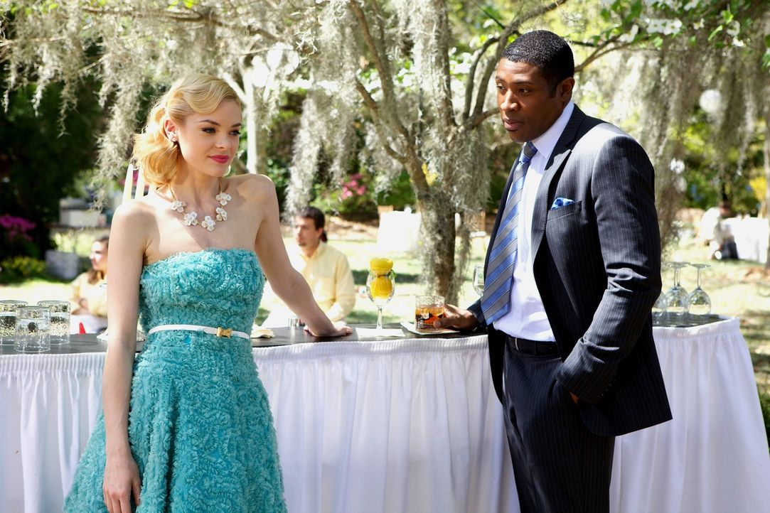 In einem kleinen Örtchen wie Bluebell bleibt das Geheimnis von Lemon Breeland (Jaime King, l.) und Lavon Hayes (Cress Williams, r.) nicht lange gehe... - Bildquelle: Warner Bros.