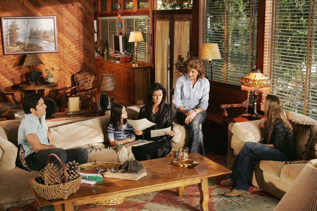 Jim (David Conrad, l.), Tricia (Bahar Soomekh, M.), Margaret (Concetta Tomei, 2.v.r.) und Melinda (Jennifer Love Hewitt, r.) hören gespannt zu, als... - Bildquelle: ABC Studios