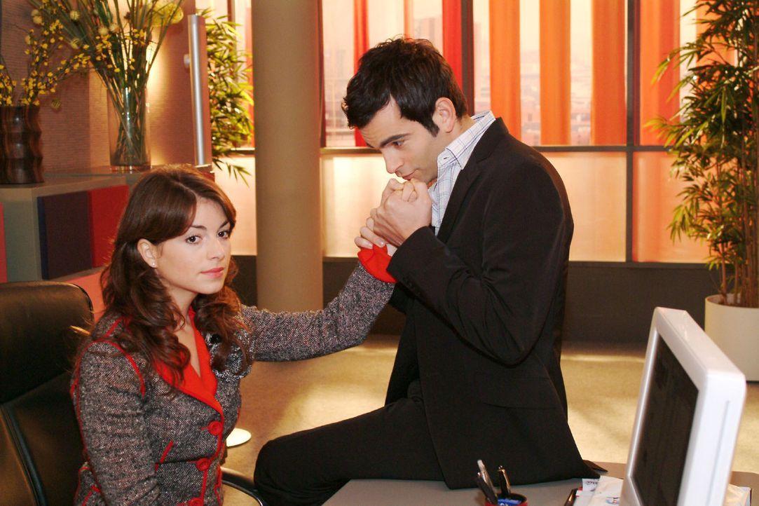 Mariella (Bianca Hein, l.) bemüht sich zu ihrer Entscheidung für David (Mathis Künzler, r.) zu stehen. - Bildquelle: Monika Schürle Sat.1