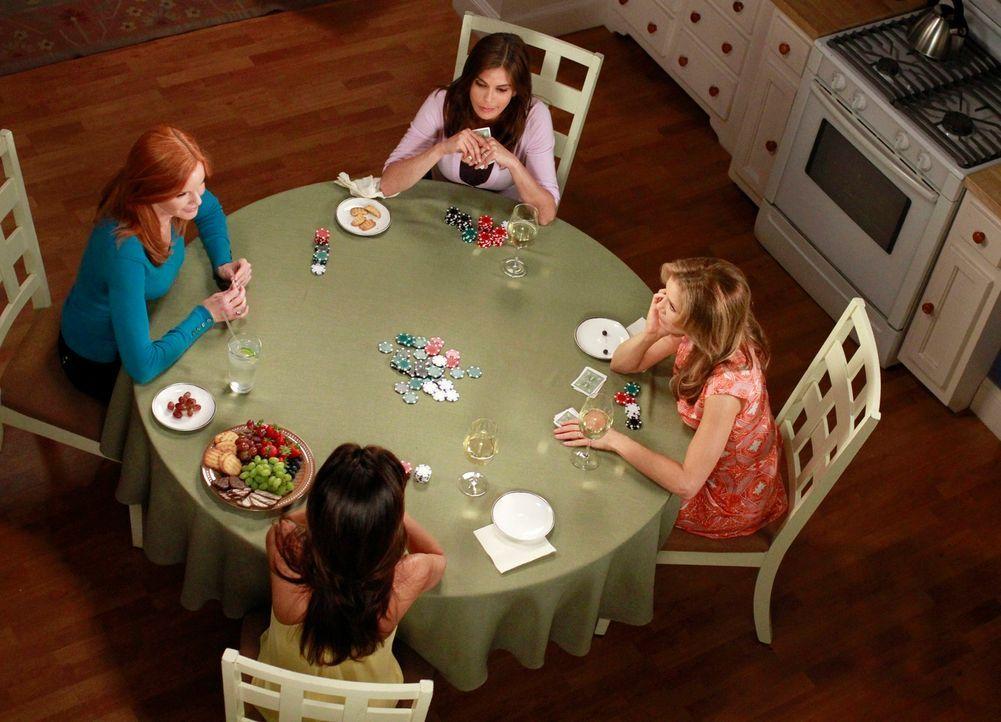 Das letzte Pokerspiel: Susan (Teri Hatcher, hinten), Lynette (Felicity Huffman, r.), Gabrielle (Eva Longoria, vorne) und Bree (Marcia Cross, l.) ... - Bildquelle: ABC Studios