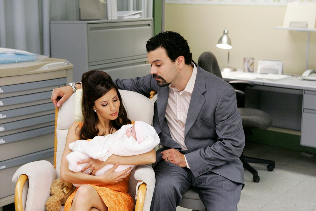 Da Carlos (Ricardo Antonio Chavira r.) und Gabrielle (Eva Longoria, l.) befürchten, dass mit der Adoption etwas schief geht, nehmen sie es in ihre e... - Bildquelle: 2005 Touchstone Television  All Rights Reserved
