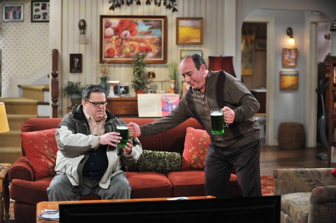 Machen ihre ganz eigene St. Patrick's Day Party: Harry (David Anthony Higgins, l.) und Vince (Louis Mustillo, r.) ... - Bildquelle: Warner Brothers