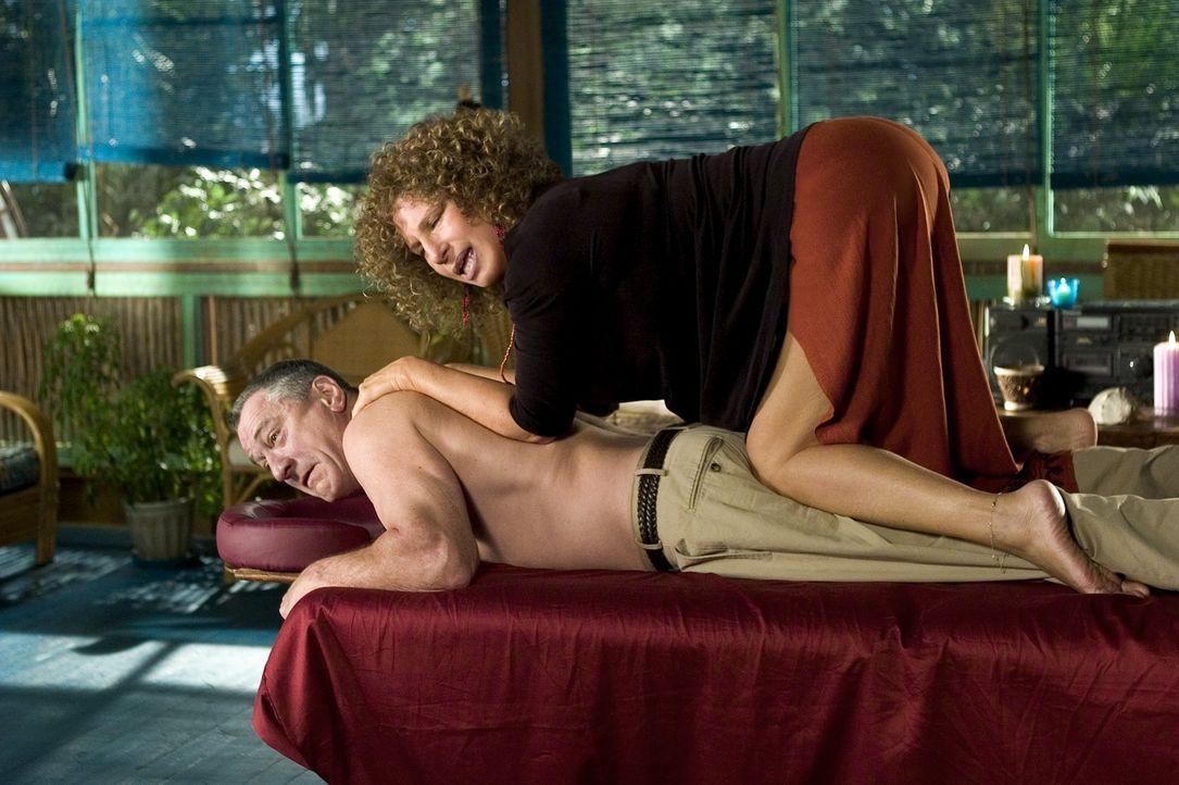 Sexualtherapeutin und Mutter seines Schwiegersohnes in spe, Rozalin Focker (Barbra Streisand, oben), möchte den steifen Jack Byrnes (Robert De Niro,... - Bildquelle: DreamWorks SKG