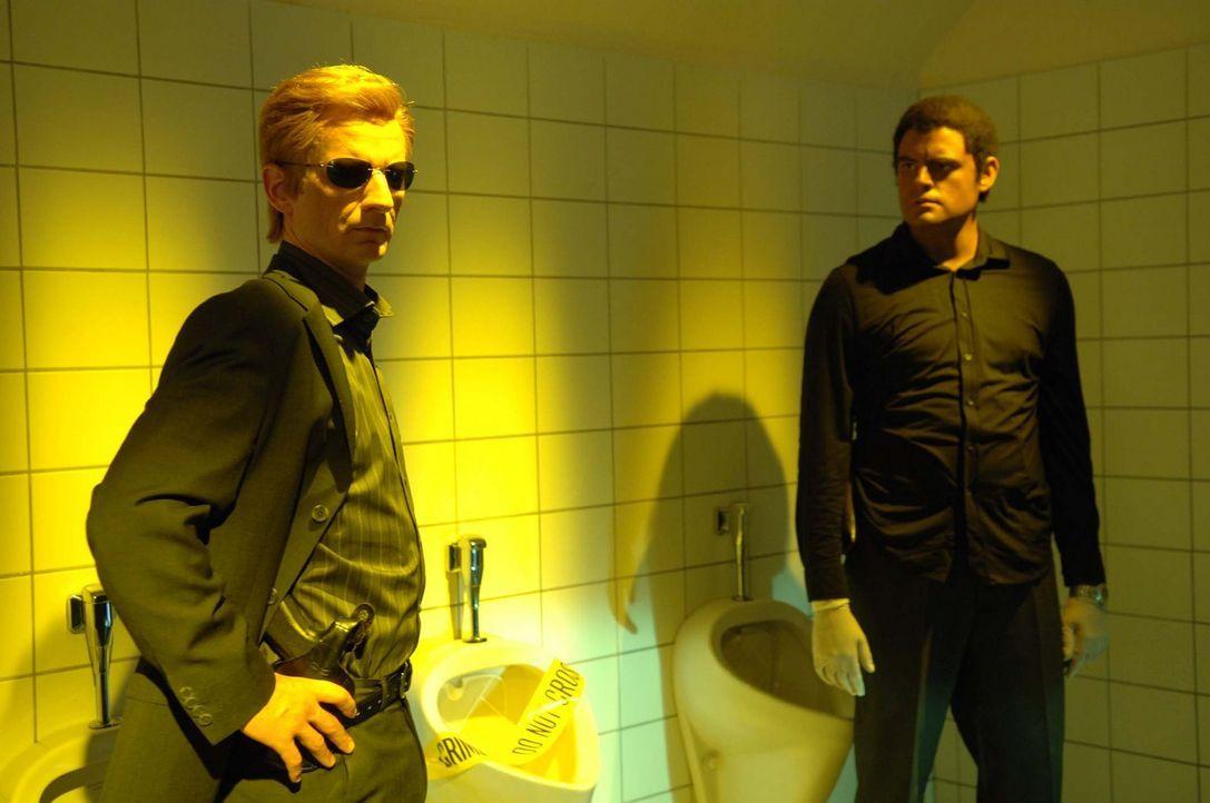 ?CSI: Miami?. Heute: Tod auf dem Klo. Horatio (Michael Kessler, l.) und Eric (Max Giermann, r.) ermitteln. - Bildquelle: ProSieben