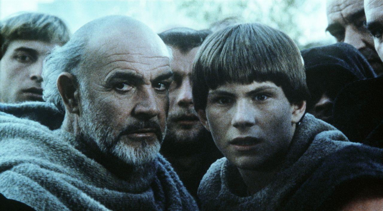 Der gelehrte Franziskanermönch William von Baskerville (Sean Connery, l.) und sein Schüler Adson von Melk (Christian Slater, r.) werden in seltsam... - Bildquelle: Constantin Film