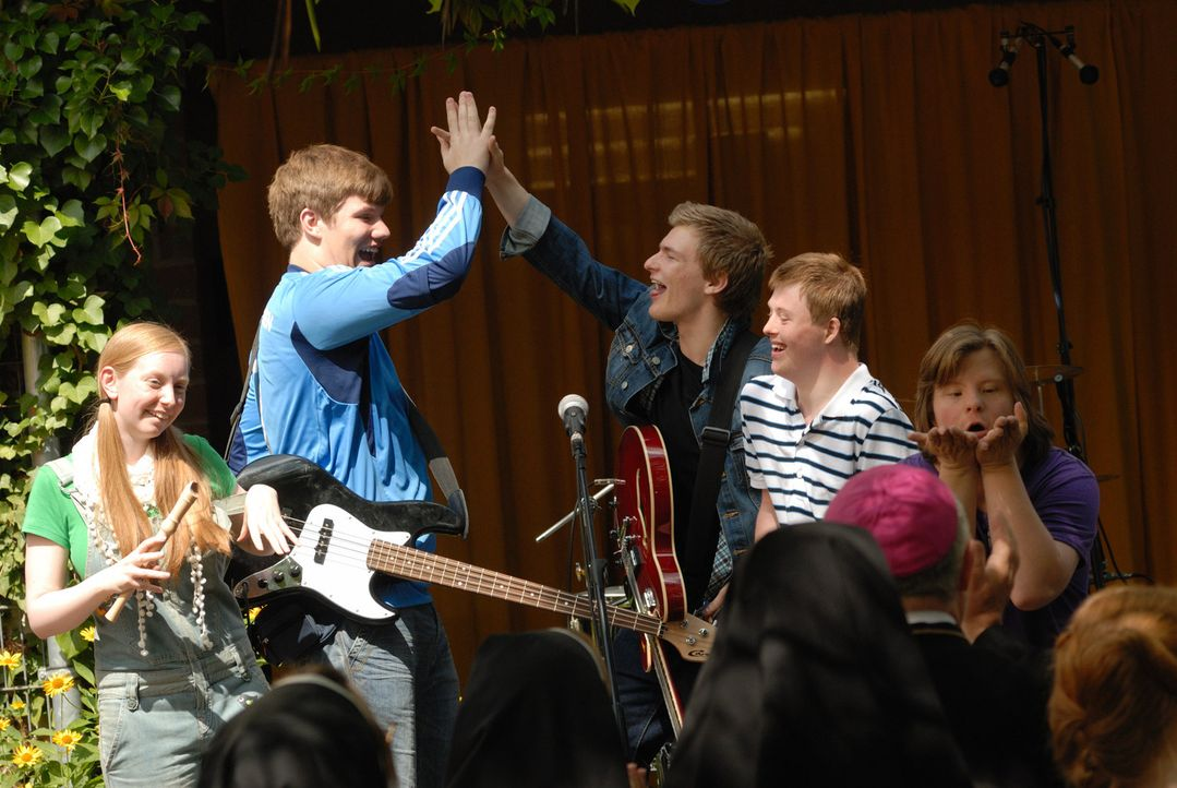 """Für Hank (Benjamin Seidel, 3.v.r..) und Mark (Christopher Puttins, 2.v.l.) wird ein Traum wahr: Sie haben ihre eigene Band, die """"Mongolettes"""" ... - Bildquelle: Hardy Spitz SAT.1"""