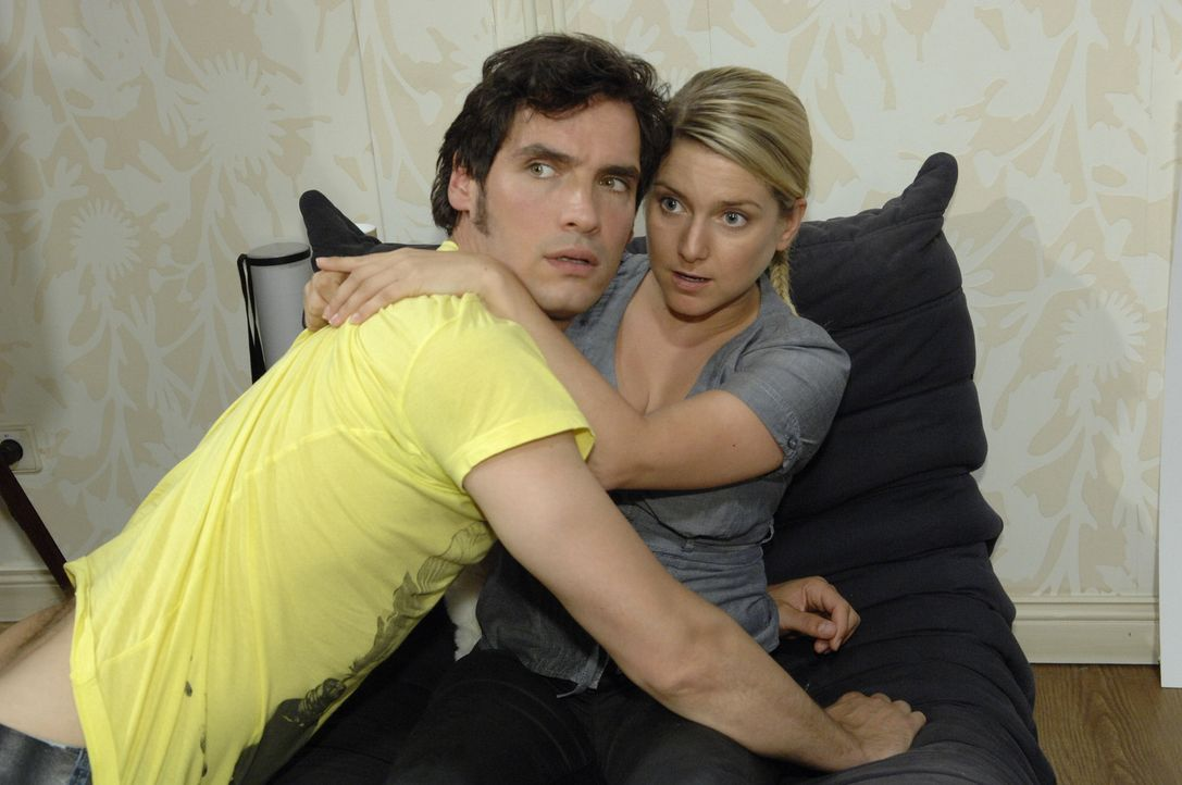 Alexander (Paul T. Grasshoff, l.) und Anna (Jeanette Biedermann, r.) geraten in eine äußerst peinliche Situation ... - Bildquelle: Sat.1