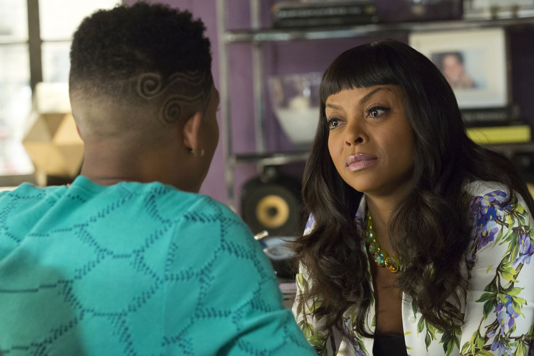 Während Cookie (Taraji P. Henson, r.) verhaftet wird, versucht Lucious, Hakeem (Bryshere Y. Gray, l.) zurück zu Empire zu bewegen ... - Bildquelle: Chuck Hodes 2015-2016 Fox and its related entities.  All rights reserved.