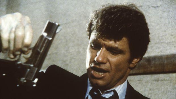 Isbecki (Martin Kove) stellt am Tatort die Tatwaffe sicher. © ORION PICTURES...