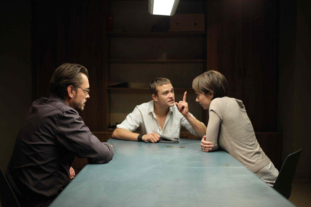 Während die junge Kommissarin Lisa Binder (Julia Koschitz, r.) glaubt, in Alexandras Freund (Michael Steinocher, M.) den Täter gefunden zu haben,... - Bildquelle: Petro Domenigg SAT. 1