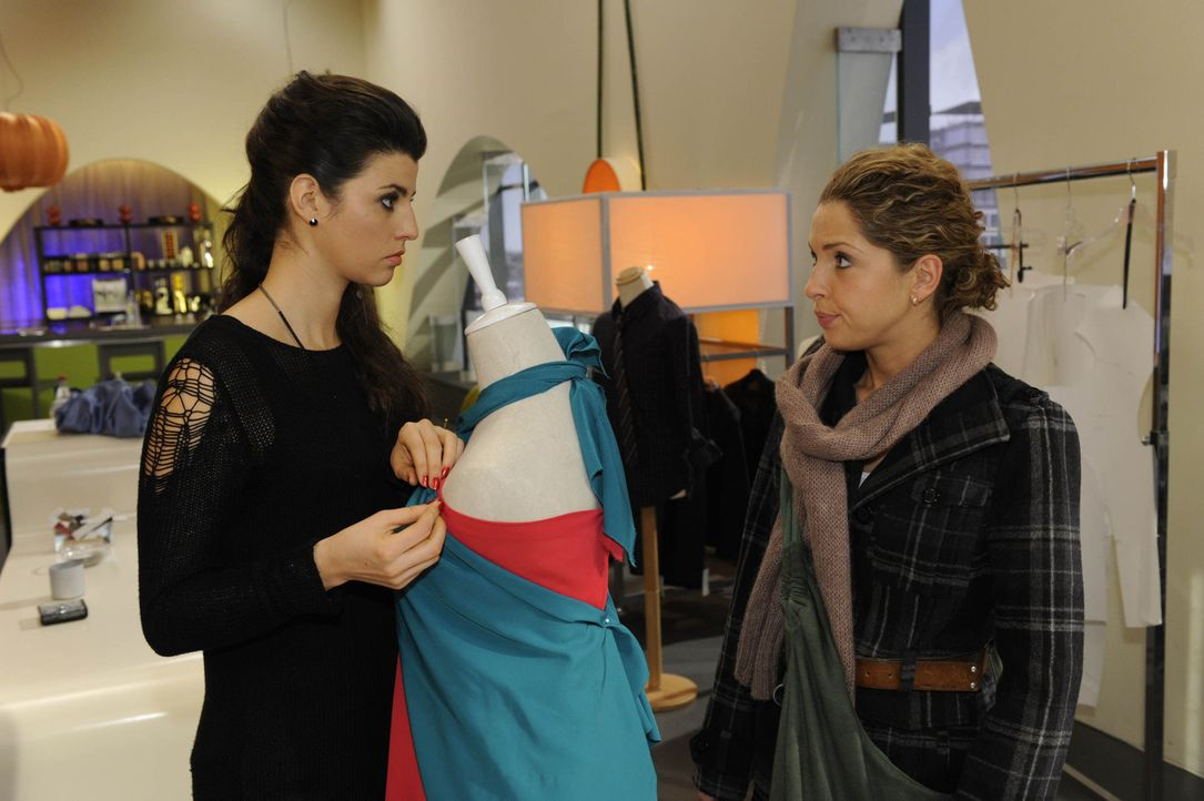 Luca wirft Nina (Maria Wedig, r.) vor, sie sei schuld an Lindenbergs Herzinfarkt. Nun ist Nina mehr denn je entschlossen, ihre Unschuld zu beweisen.... - Bildquelle: SAT.1