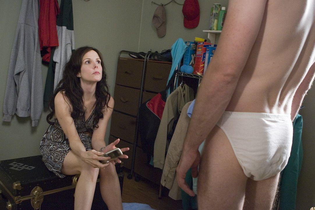 Andy (Justin Kirk, r.) ist geschockt als Nancy (Mary-Louise Parker, l.) ihm die Truhe gefüllt mit Heroin zeigt ... - Bildquelle: Lions Gate Television