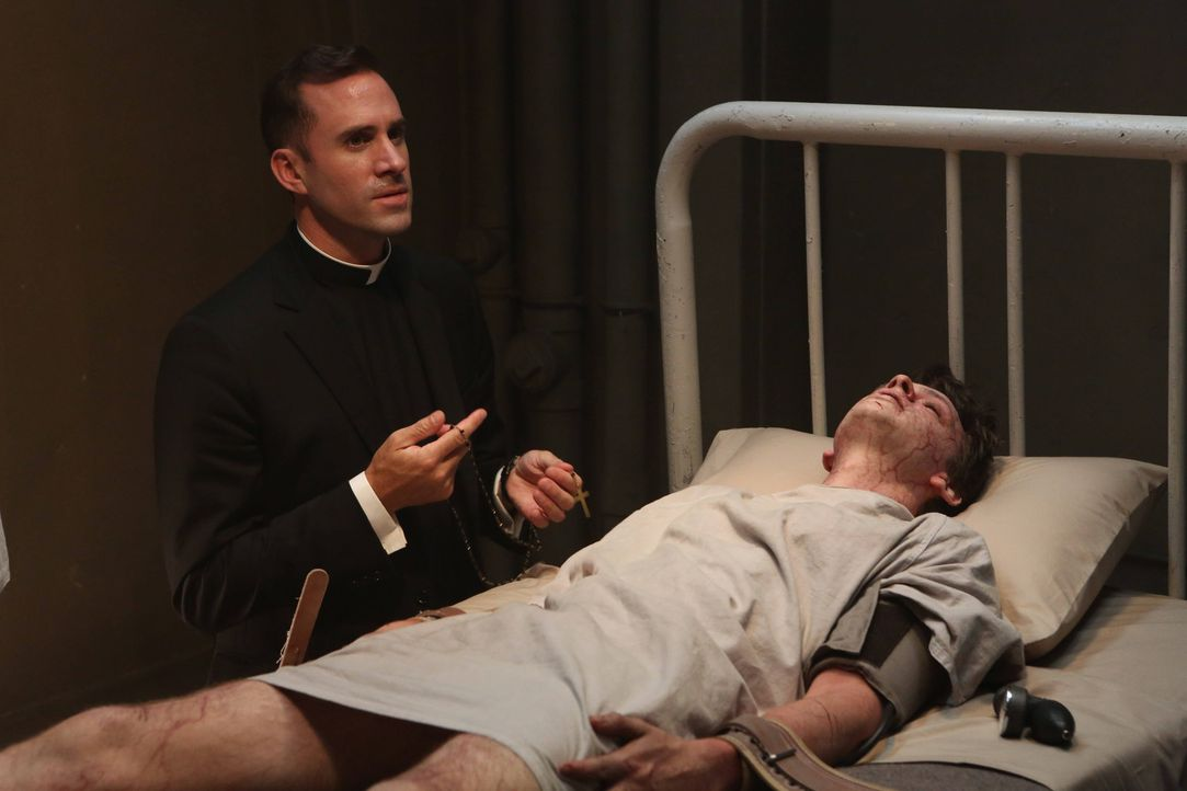 Jahr 1964: Monsignor Timothy Howard (Joseph Fiennes, l.) kommt nach Briarcliff, um an dem Patient Jed (Devon Graye, r.) einen Exorzismus durchzufüh... - Bildquelle: 2012-2013 Twentieth Century Fox Film Corporation. All rights reserved.