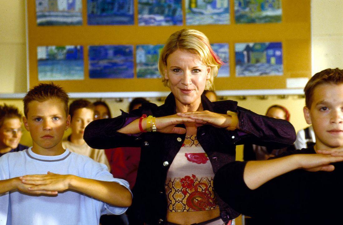Wegen ihrer plötzlich außergewöhnlichen Lehrmethoden läuft die bisher unauffällige Pädagogin Susanne (Mariele Millowitsch, M.) Gefahr, von der... - Bildquelle: Sat.1