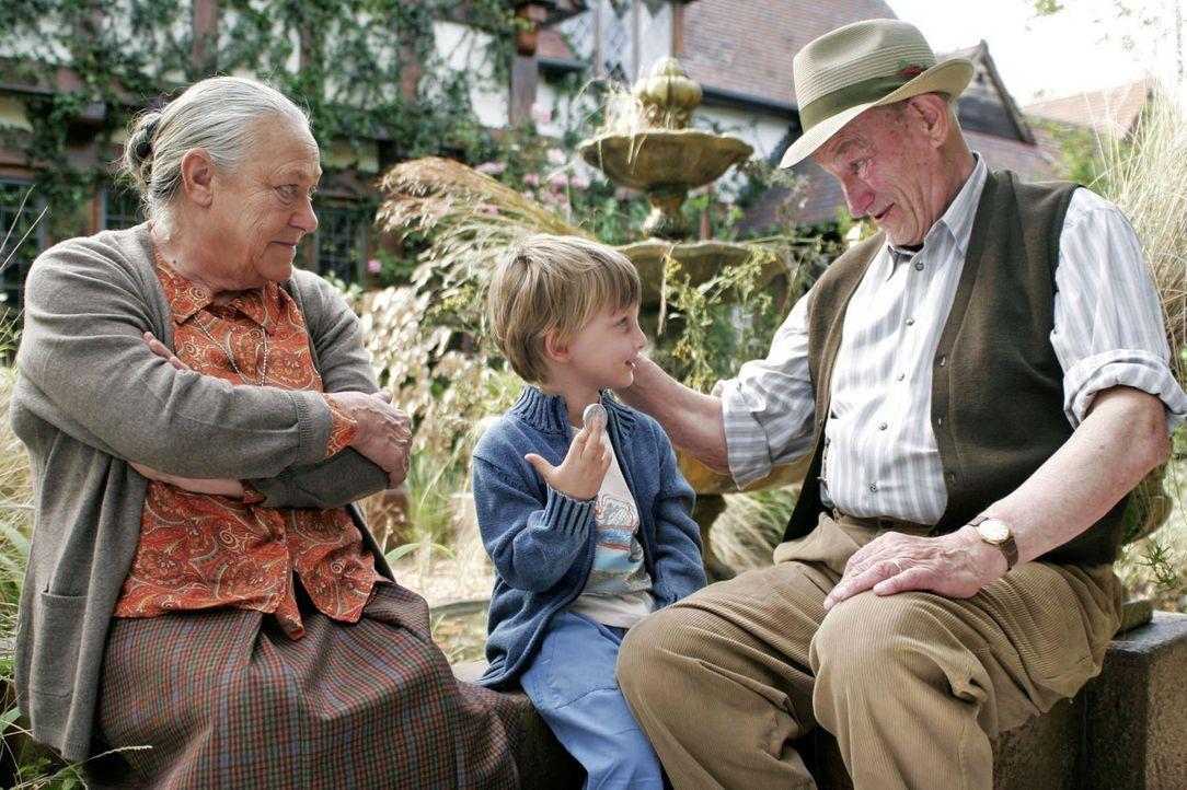 Zumindest Nesthäkchen Bobo (Florian Hodge, M.) ist hellauf begeistert von Theresa (Barbara Morawiecz, l.) und Albert (Ronald France, r.) - und adopt... - Bildquelle: Boris Guderjahn Sat.1