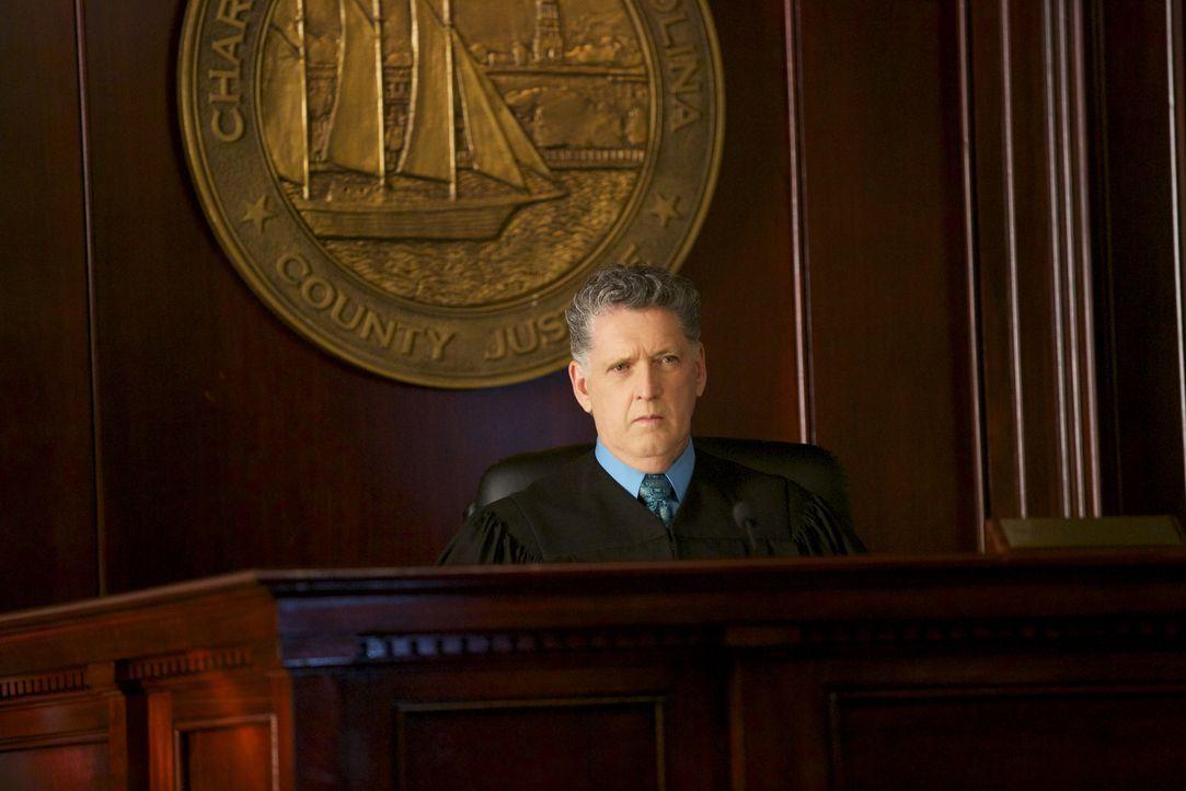 Während Richter Kruger (Harry Alexander) im Gericht für Gerechtigkeit sorgen will, trifft Terry eine Entscheidung, um seinen Kopf aus der Schlinge z... - Bildquelle: 2013 CBS BROADCASTING INC. ALL RIGHTS RESERVED.