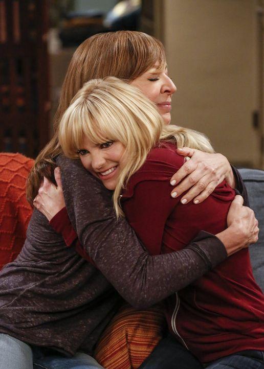 Mutter Bonnie (Allison Janney, l.) freut sich mit Christy (Anna Faris, l.) über ihr Liebesglück. Aber wird es von langer Dauer sein? - Bildquelle: 2016 Warner Bros. Entertainment, Inc.