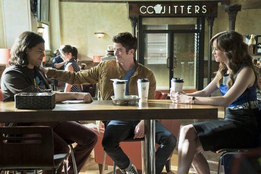 The Flash - Cisco (Carlos Valdes, l.), Barry (Grant Gustin, M.) und Caitlin (...
