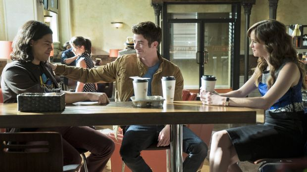 Cisco (Carlos Valdes, l.), Barry (Grant Gustin, M.) und Caitlin (Danielle Pan...