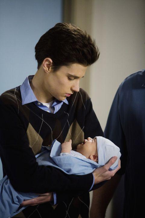Das Baby ist da! Noch etwas unsicher hält Ben (Ken Baumann) das Neugeborene im Arm. - Bildquelle: 2008 DISNEY ENTERPRISES, INC. All rights reserved. NO ARCHIVING. NO RESALE.