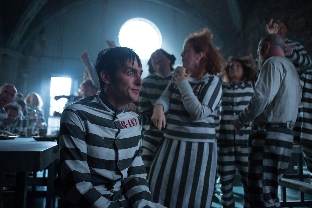 Neu in Arkham angekommen, versucht Penguin (Robin Lord Taylor) sich gegen seine verrückten Mitinsassen durchzusetzen, doch von diesen wird er erstma... - Bildquelle: Warner Brothers