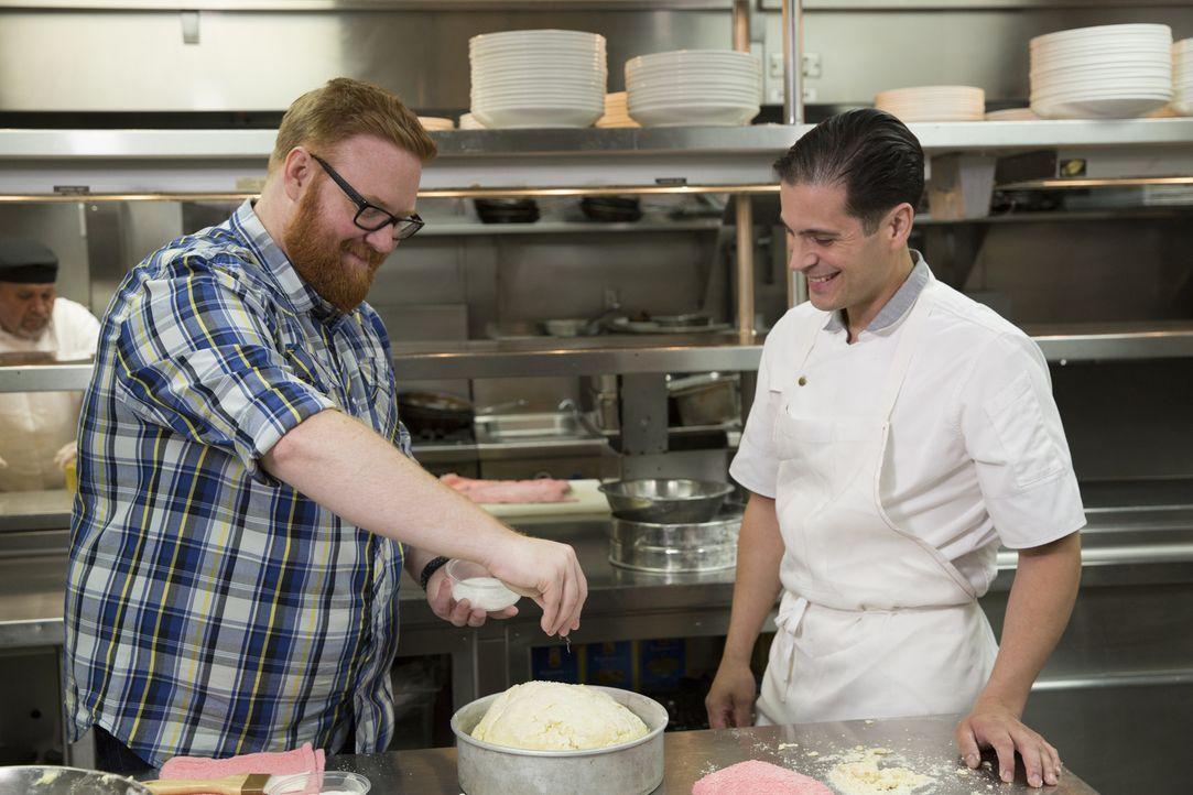 """Josh Denny (l.) stattet dem """"Lavo"""" in Las Vegas einen Besuch ab und hilft Küchenchef Frank Cervantes (r.) dabei, einen Strawberry Skyscraper zuzuber... - Bildquelle: John Michael Cooper 2017, Television Food Network, G.P. All Rights Reserved."""