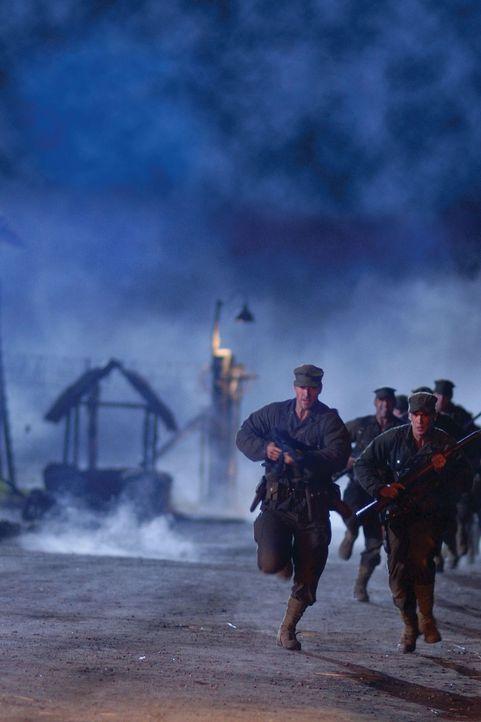Ein gefährliches Unterfangen: Colonel Mucci (Benjamin Bratt, l.) und seine Männer sollen 500 gefangene Soldaten auf den Philippinen befreien ... - Bildquelle: Buena Vista International