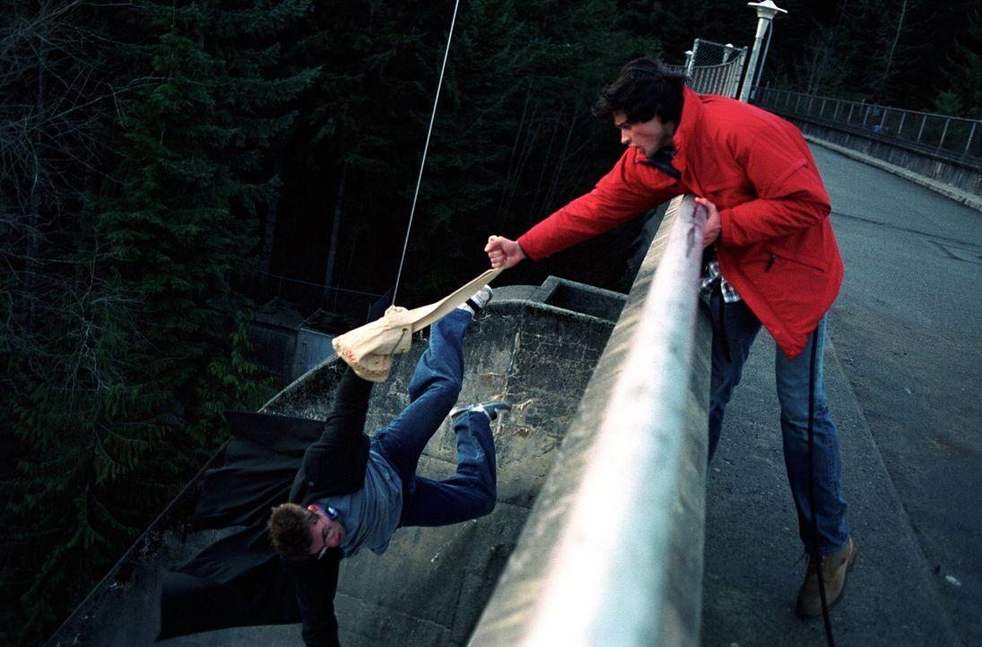 Nachdem er Eric (Shawn Ashmore, l.) beim Schulausflug in letzter Sekunde retten konnte, scheint Clark (Tom Welling, r.)  keine Superkräfte mehr zu h... - Bildquelle: Warner Bros.
