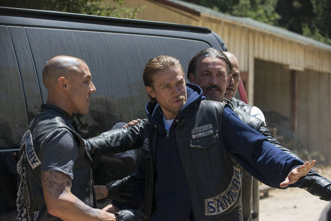 Wird es Jax (Charlie Hunnam, 2.v.l.) gelingen, die Gemüter seiner Brüder Juice (Theo Rossi, l.), Chibs (Tommy Flanagan, 2.v.r.) und Happy (David Lab... - Bildquelle: 2012 Twentieth Century Fox Film Corporation and Bluebush Productions, LLC. All rights reserved.