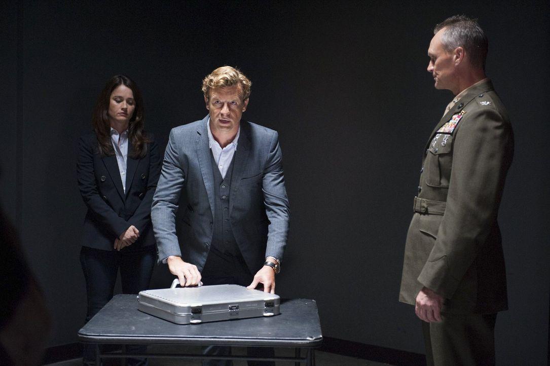 Die zufällige Begegnung mit dem hochrangigen Militärangehörigen Colonel Raymond (Wiley Pickett, r.) weckt in Jane (Simon Baker, M.) den Verdacht, de... - Bildquelle: Warner Bros. Television