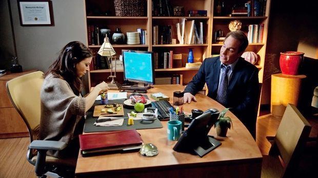 Während Sam sich um seine Schwester kümmert, macht sich Sheldon (Brian Benben...