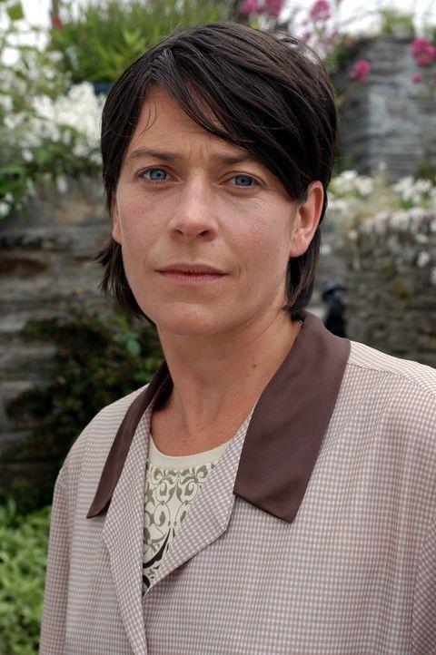 Mrs Cronk (Mary Woodvine) arbeitet im örtlichen Fish & Chips-Imbiss. Als sie sich ihre Hand schrecklich verbrennt, kann ihr nur noch der Doc helfen... - Bildquelle: BUFFALO PICTURES/ITV