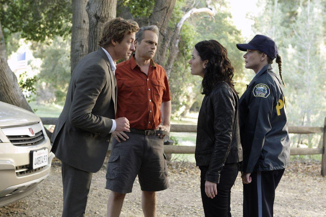 Nachdem Justin Prentiss, Schüler eines Waldinternats, tot aufgefunden wurde, beginnen Patrick (Simon Baker, l.), Teresa (Robin Tunney, 2.v.r.) und E... - Bildquelle: Warner Bros. Television