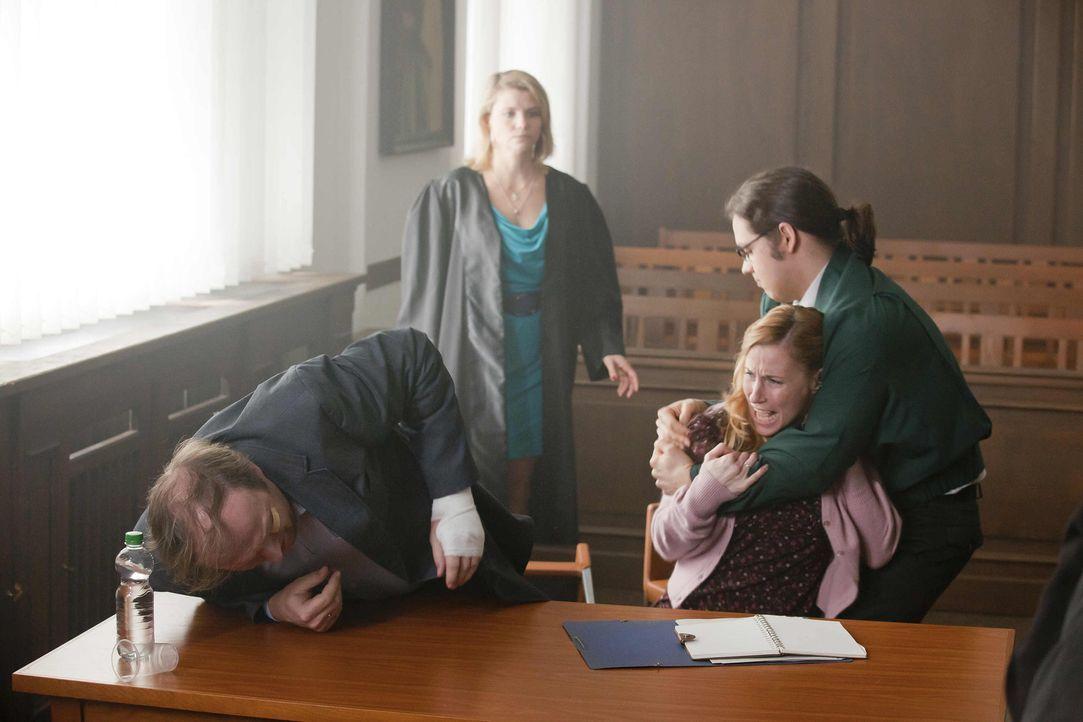 Ein neuer Fall: In der Passage verletzt sich Herr Schöller (Stephan Grossmann, l.), der mit Frau und Kind dort beim einkaufen ist. Eine Zeugin sagt... - Bildquelle: Frank Dicks SAT.1