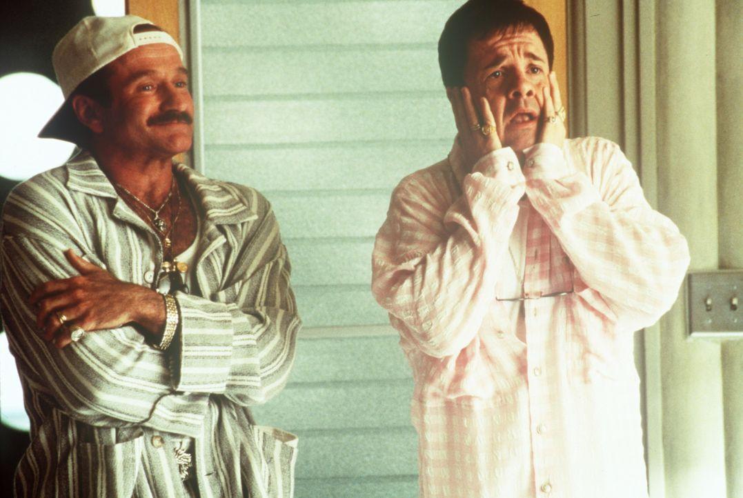 Während sein Lebensgefährte Albert Goldman (Nathan Lane, r.) wieder einmal kurz vor einem Nervenzusammenbruch steht, bleibt Armand (Robin Williams... - Bildquelle: MGM