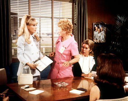 Jeannie (Barbara Eden, l.) ist von Amanda (Emmaline Henry, 2.v.r.) in den Clu...