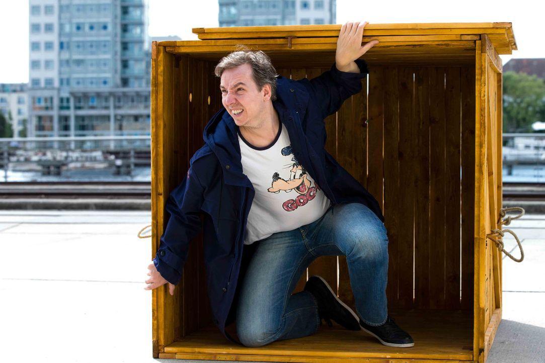 Olli Schulz wird in einer Holzkiste an einen ihm unbekannten, ungewöhnlichen Ort gebracht, an dem er 24 Stunden ausharren muss ... - Bildquelle: ProSieben